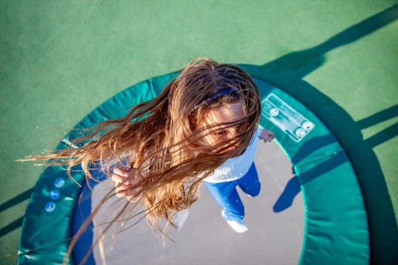 de Oude Dee - Meisje op trampoline